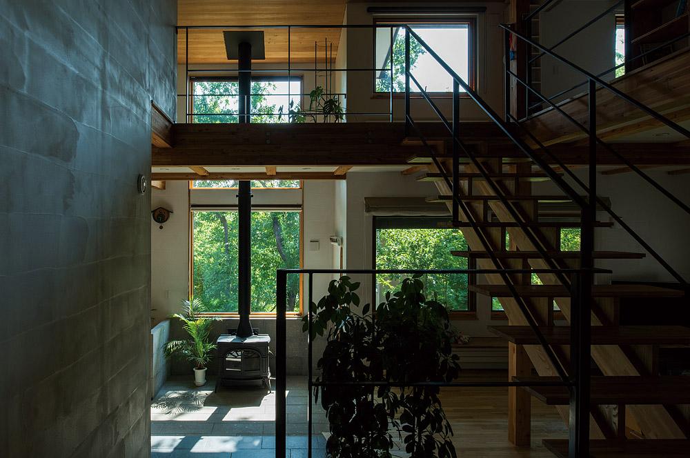 敷地の形状、植生を最大限に室内に採り込むように設計されたUさん宅。土間を中心に展開するリビング・ダイニングは、その白眉ともいえる空間