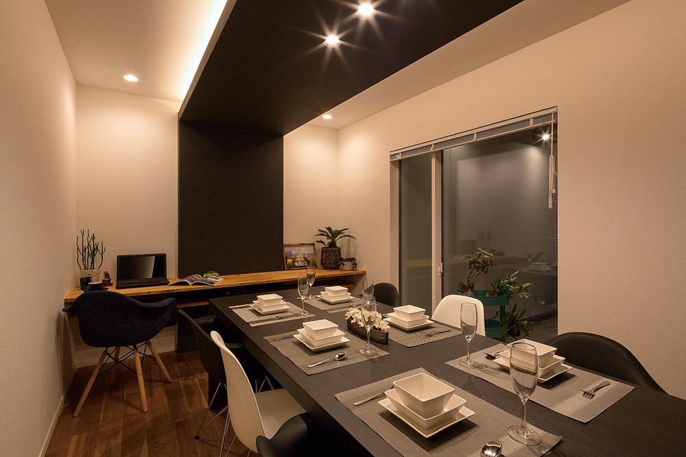 天井の色に合わせて、ブラックのダイニングテーブルを製作した