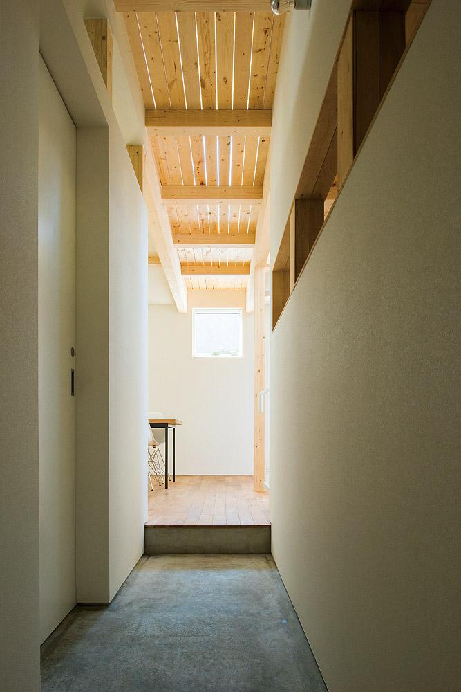 玄関を入って左手、ダイニング方向を見る。2階の廊下床はすのこ状になっていて、風と光が柔らかく通る