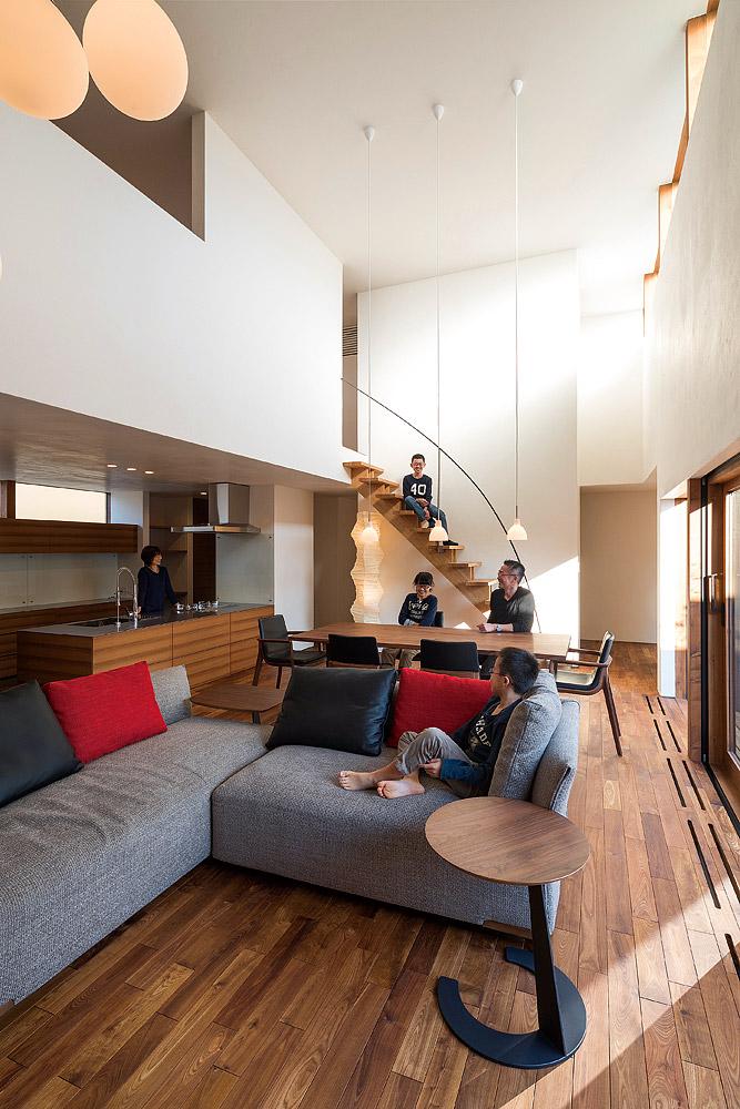 アイアンの造作手摺りが印象的なリビング階段。 ハイサイドライトからの光を、漆喰の艶やかな壁が柔らかく反射する