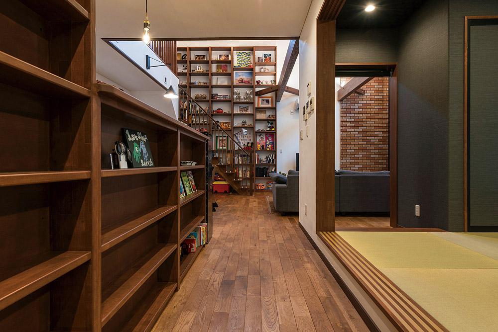 玄関からリビングを望む。右には和室、左にはキッチンがある。正面のオープン棚の存在感が空間の雰囲気をグレードアップ