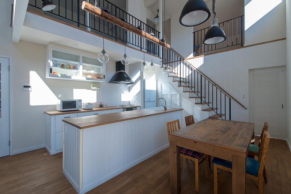 張り出した2階床部分の下にキッチンの吊り戸棚をつけて、より家事がしやすく