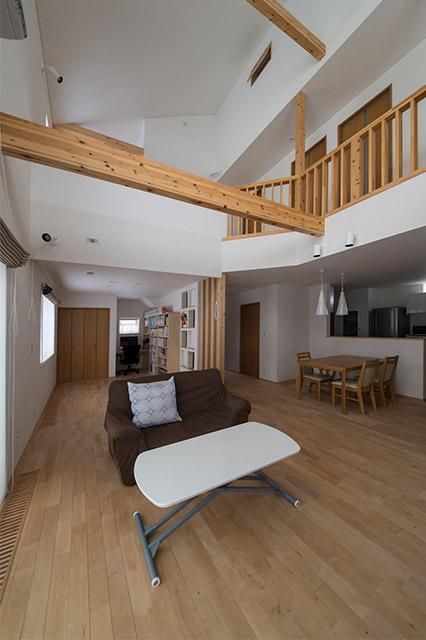 リビングの一角に立つと家全体が見渡せる。天井の高さが抜群の開放感を生み出す
