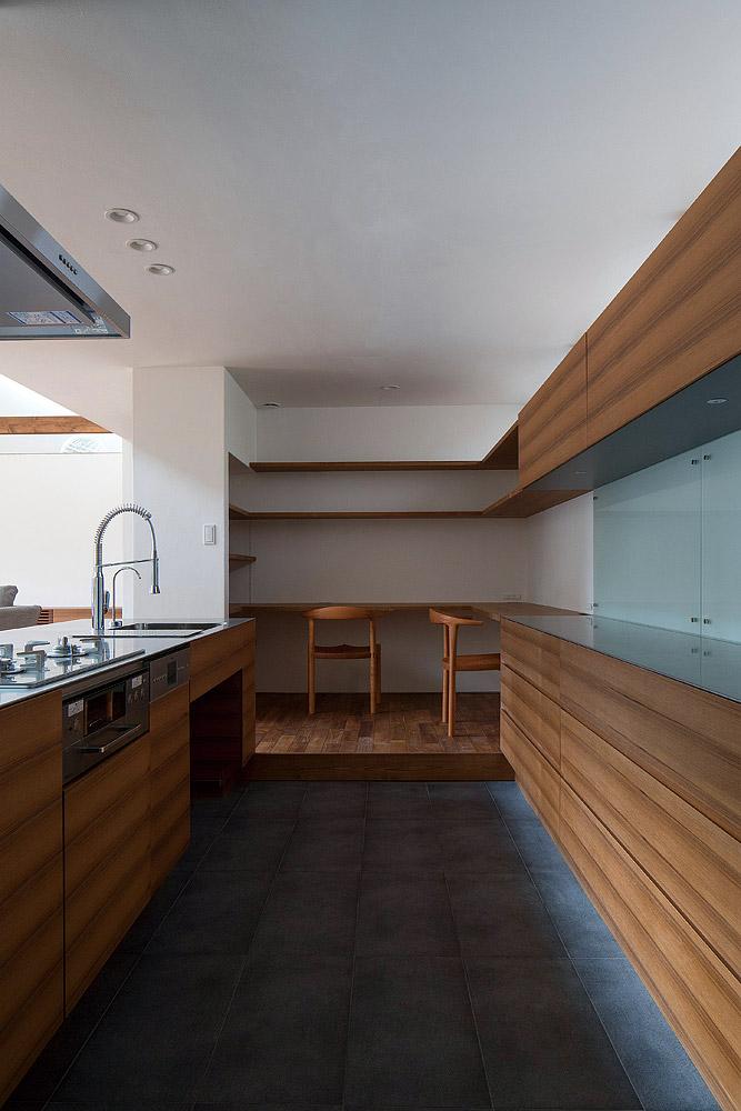 インテリアの一部として設計・造作されたキッチンは収納スペースも充実。一角には子どもの勉強コーナーも設けた