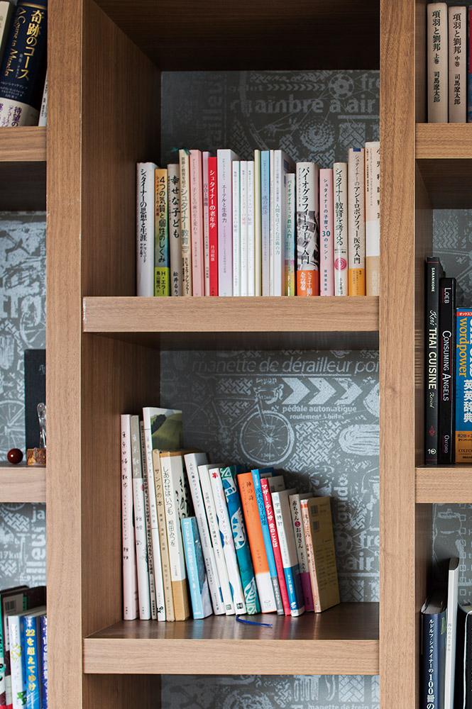 お気に入りの本や雑貨が引き立つよう、壁のクロスを替えた造作本棚は、奥さんと娘さんのお気に入り