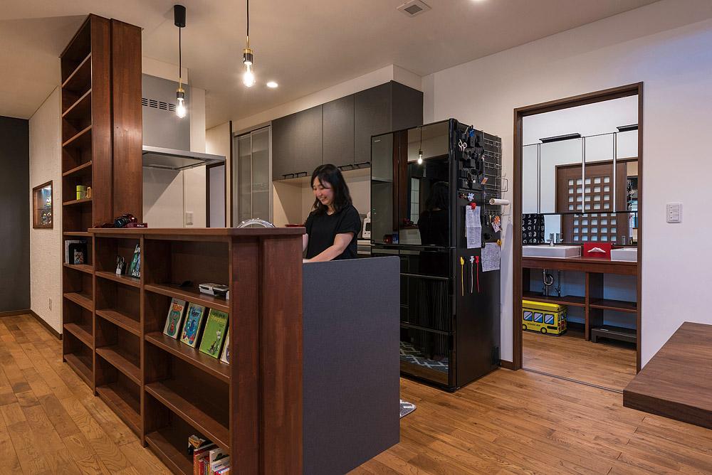 つくり付けの棚を設置したキッチン。熱源はAさんのこだわりで都市ガスを採用している