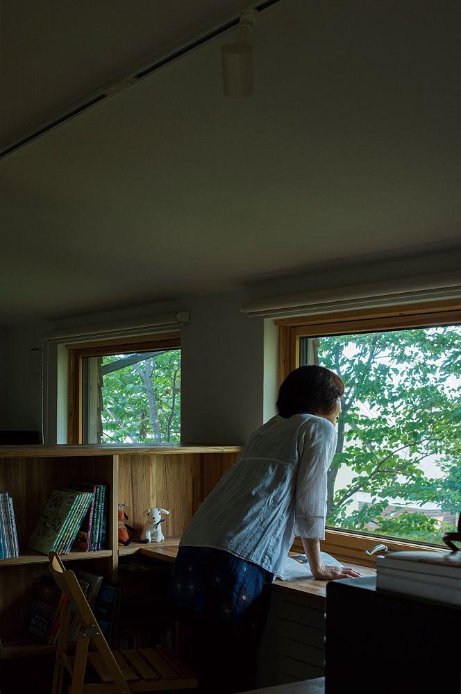 Uさんの希望で、ハルニレの巨木を間近で眺められる場所に、夫婦共用の書斎をレイアウト。仕事が忙しく、このスペースを活用できないのが目下の悩み、だそう