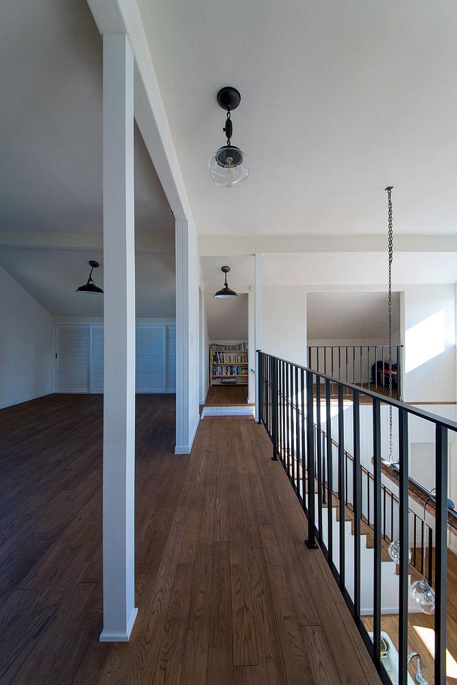 2階は壁の代わりに手すりを多用し、より開放的に。オープンな書斎もしつらえた