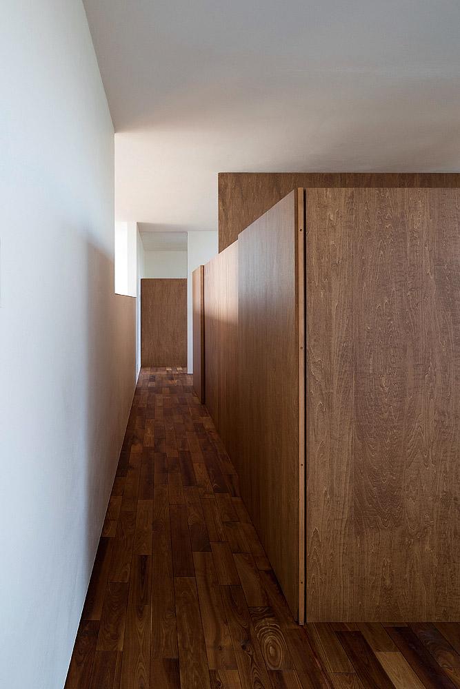 子ども部屋の建具は上部にスリットが設けられ、吹き抜け越しに自然光や階下の気配が伝わる。限られた空間を有効活用できるよう、造作で収納を兼ねたベッドをそれぞれ設置