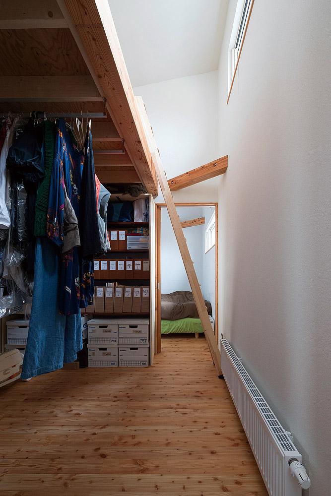 寝室と廊下をつなぐ通路を兼ねたウォークインクローゼットは、上部がロフトになっている