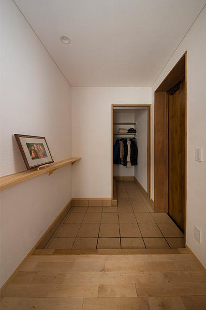 シューズクロークは、大人5~6人分のコートと靴などを余裕で収納できる広さ
