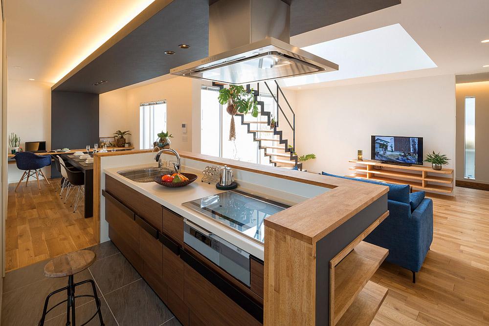 木のぬくもりとブラックが調和する落ち着いた雰囲気のダイニング・キッチン