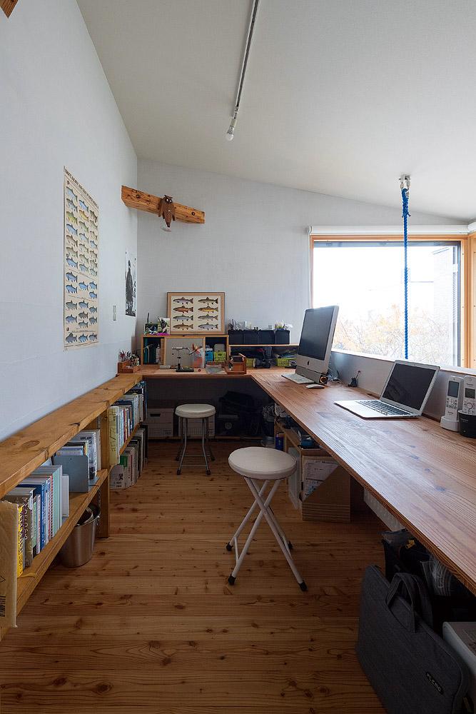 吹き抜けに面したご主人の書斎は、家族のパソコンスペースとスタディコーナーも兼ねている