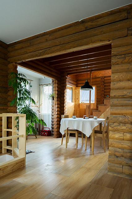 丸太組みの雰囲気に合わせて室内には観葉植物を配置。木と緑のバランスがよい