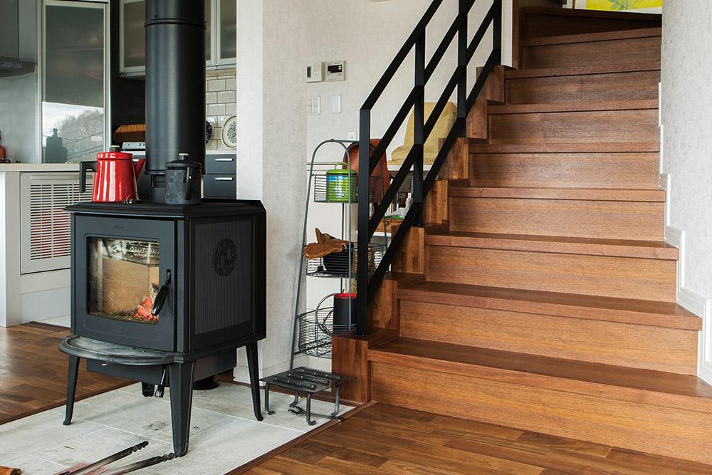 汚れが目立っていた階段は、リビングと自然となじむよう、ウォールナットの踏板とアイアン手すりを採用した造作仕様。奥さんが過去の実例で見て、ひと目で気に入ったそう