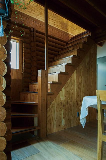 丸太小屋をリノベーションした室内の階段