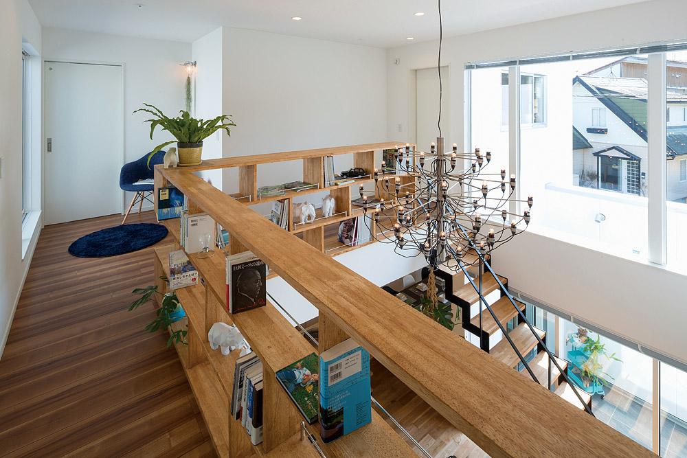 階段ホールの飾り棚の横には、親子で読み聞かせなどが楽しめる読書スペースも設けている
