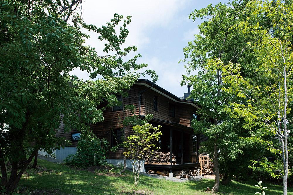 外壁には道南スギを採用。自然派塗料で仕上げた木肌は、歳月と共に灰色に変化し、庭との一体感が増す