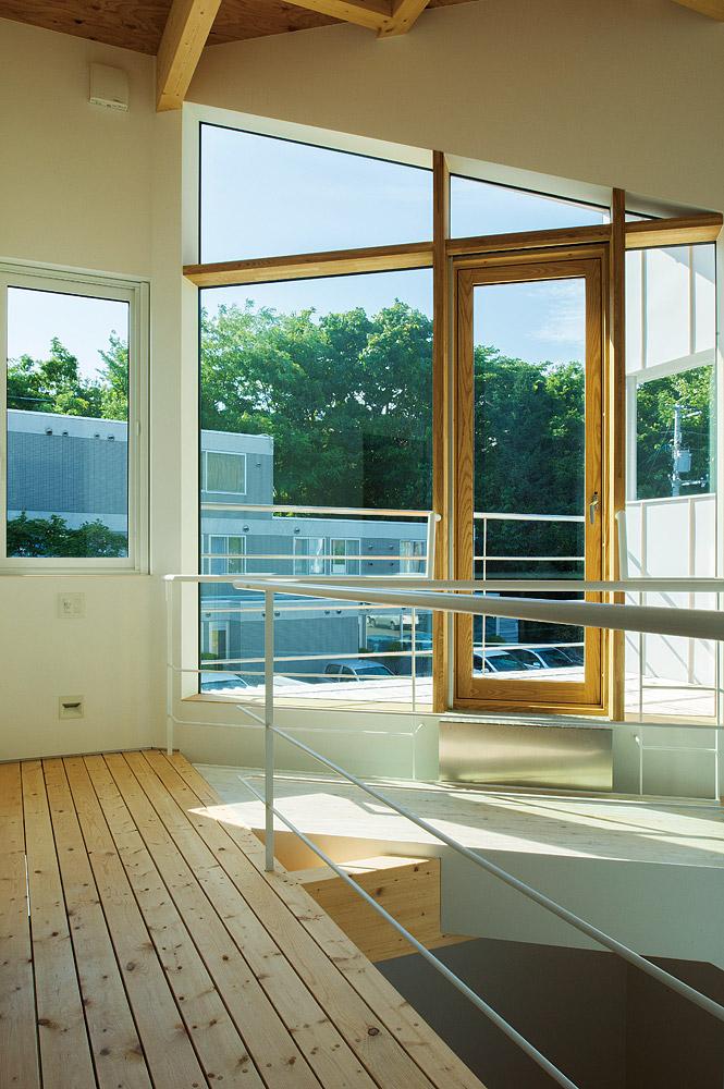 2階バルコニーは、吹き抜けを介して光と風をゆき渡らせる仕掛けにも