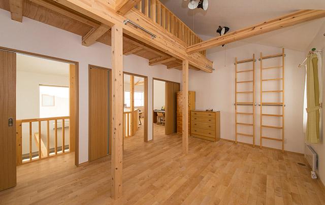 2階の子ども部屋は約20㎡。子ども3人を想定し、3部屋に仕切られるようになっている。寝床は天井高を利用した広いロフト