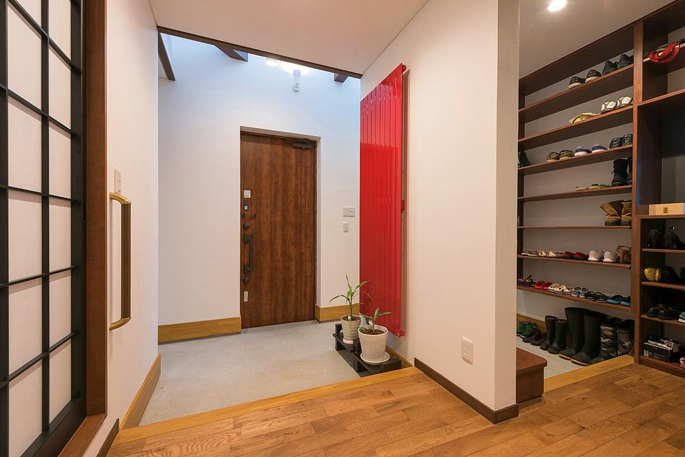 玄関は壁で仕切り、家族用の大型シューズクロークを確保した。1階の壁は左官職人による美しい漆喰壁