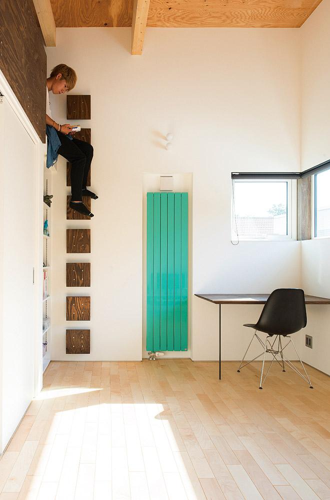 2階子ども室はそれぞれに好みの色の温水パネルヒーターを採用