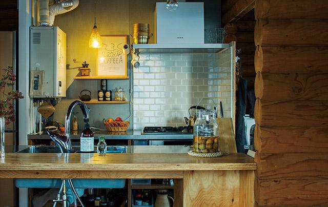 キッチンもスペースに合わせて造作。隠すよりもうまく見せることを考えた