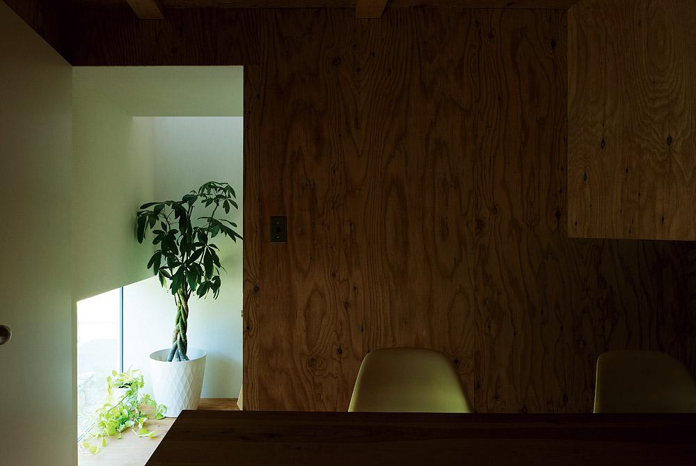 打ち合わせスペースでは、外からの視線が気にならないよう足元から自然光を取り込んでいる