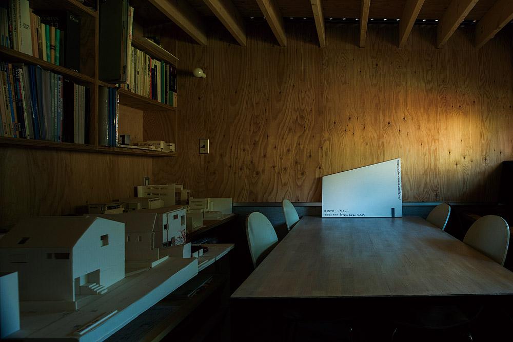 1階の打ち合わせスペースは、天井高を抑えた落ち着きのある空間