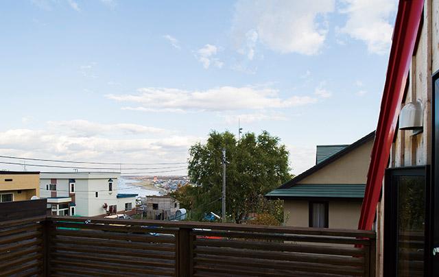 3階からは石狩湾の海岸線を望むロケーション。夫婦お気に入りの風景