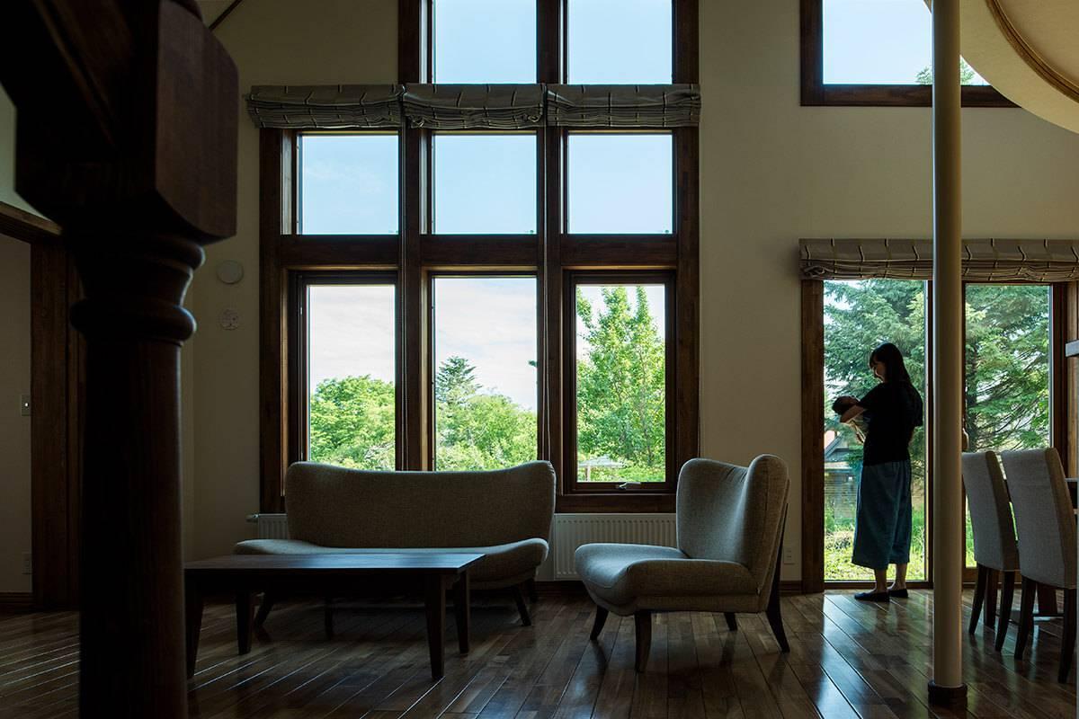 大きな窓のあるリビング