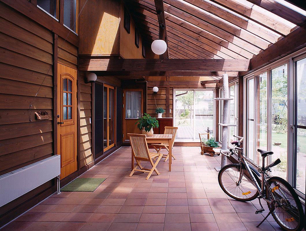 風除室の役目も果たすサンルーム。完全な屋外でも室内でもないため、フレキシブルに利用できる
