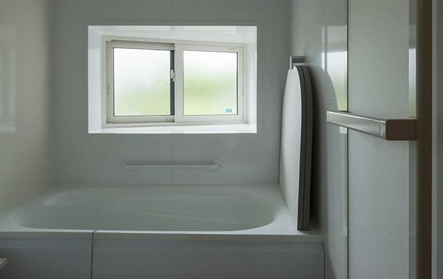 唯一、既製品のユニットバスを取り入れた風呂場も、窓の張り出し方を家の形に合わせることで広々とした印象に