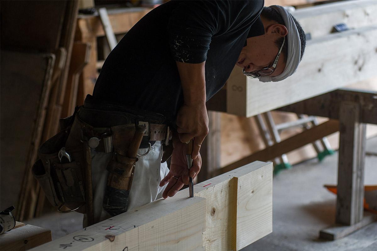 在来工法の躯体となる木材同士をつなぐ継ぎ手の切り込み作業も、武部建設では1本ずつ手作業で行う。