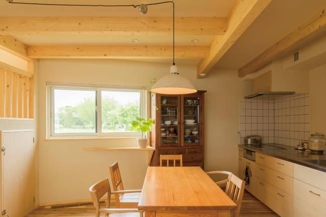 窓下の備え付けの棚は奥さんの希望。左手の階段下を利用して食品庫もしつらえた。ダイニングは家事や子育ての合間に、窓の外を眺めながらほっと一息つける憩いの場所