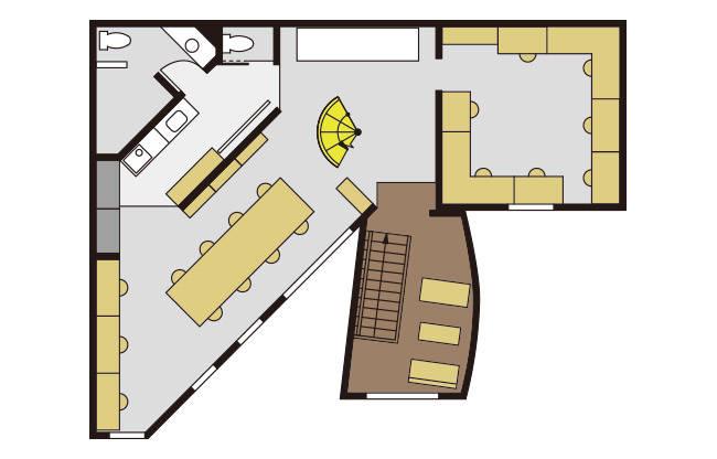 2階のメインオフィス。階段を上がったところに応接スペースがあり、螺旋階段のある吹き抜けの空間をはさんでスタッフのデスクが配置されている