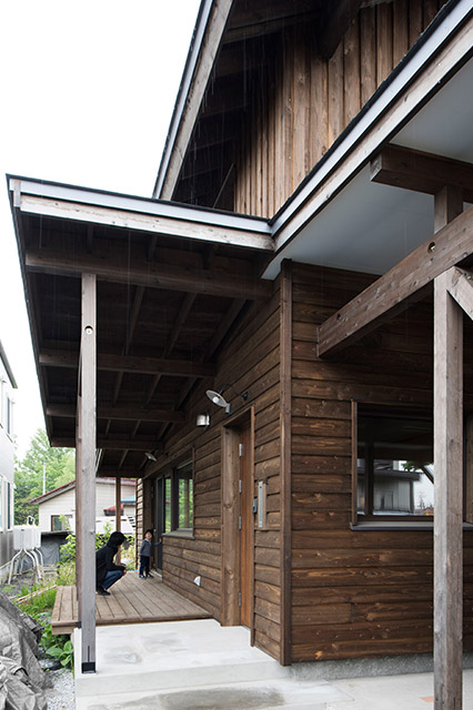 屋根のあるウッドデッキは長男のお気に入り。草花を摘んではデッキに並べて遊んでいるとか。冬は薪置き場として活用