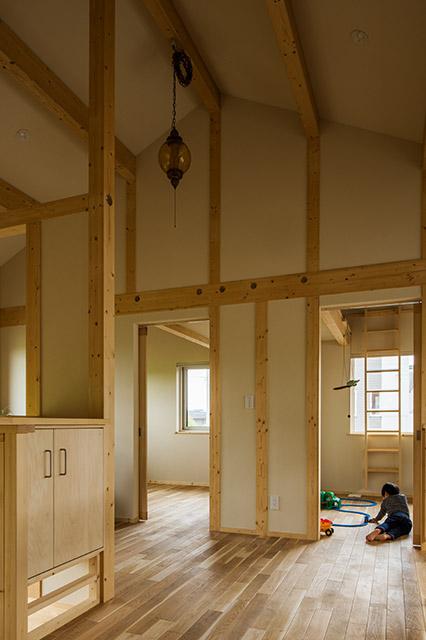 2階には子ども部屋と寝室がある。天井の高さが気持ちいい、伸び伸びとした空間となっている