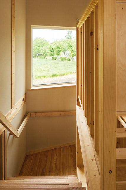 上り下りをしながら、窓から豊かな緑を感じられる階段