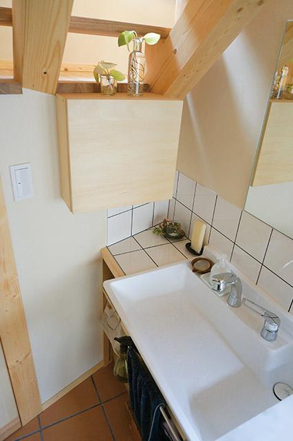 オリジナルの洗面台も斜めの壁にフィットしている