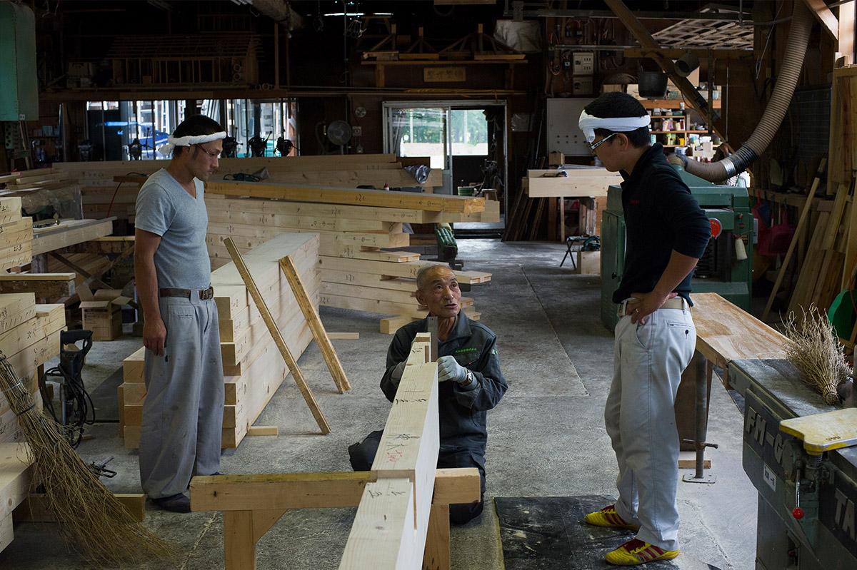 年長者の技術と経験は貴重な財産。若手大工たちも積極的にその教えを請い、学んでいる