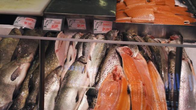 マーケットで売られている魚