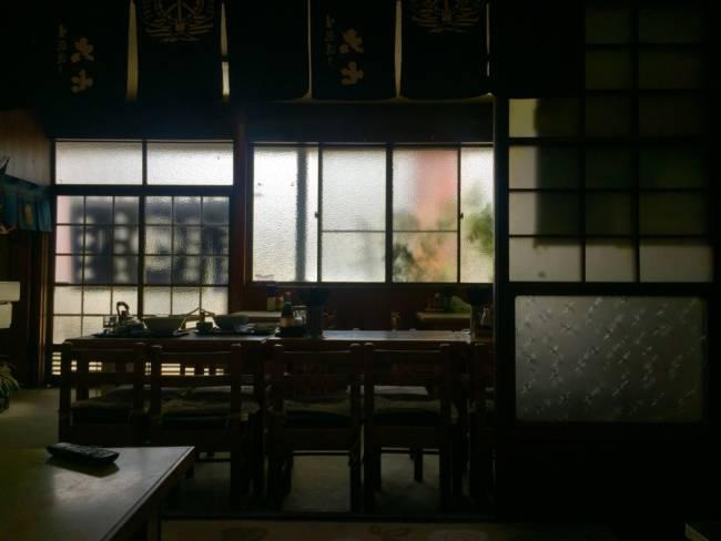 福島「手打うどん かわさきや」の店内