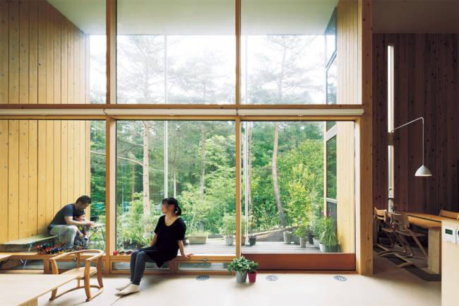 大きなテラスと窓のある空間