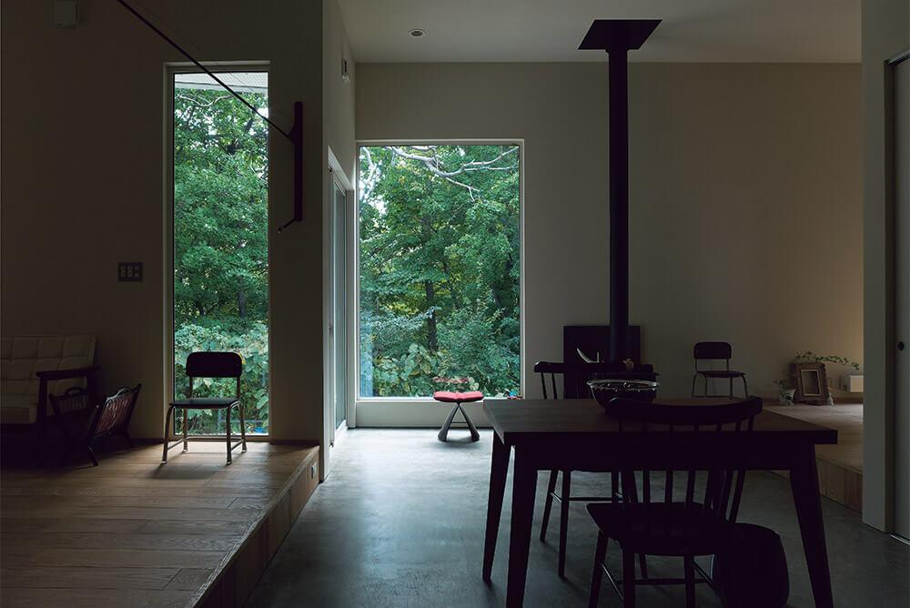 室内に入ると空間を2つに分割する広い土間(エントランスルーム)と大きく景色を切り取る窓に迎えられる。正面に緑だけが見える贅沢なロケーション