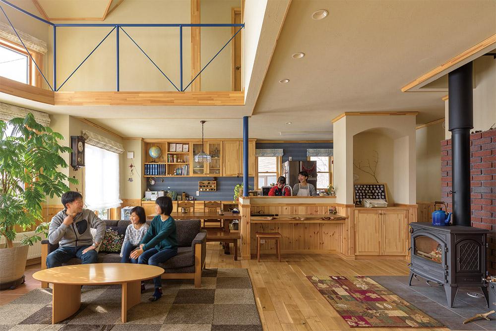 家族のくつろぎ空間の中心に、Iさん憧れの薪ストーブを設置。薪がくべられると家族が自然とリビングに集まるそう