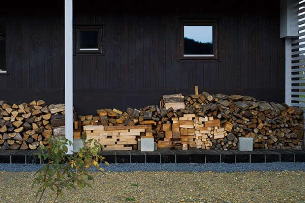 針葉樹はNG?健やかな薪ストーブ生活は、正しい薪選びと燃やし方から。