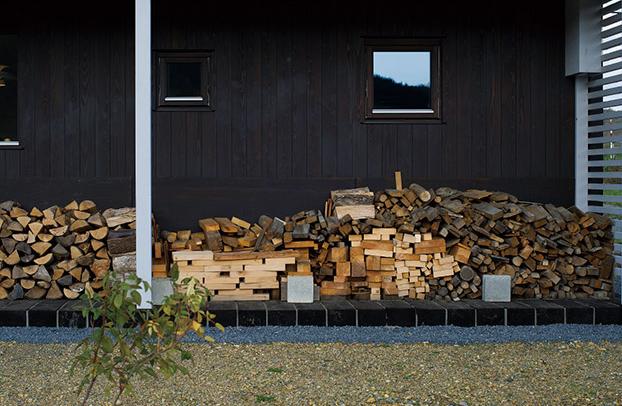 薪を燃やすプロセスに応じて、太いナラ材、建築廃材、細くて燃やしやすい枝などを準備して使い分けると、効率がいい