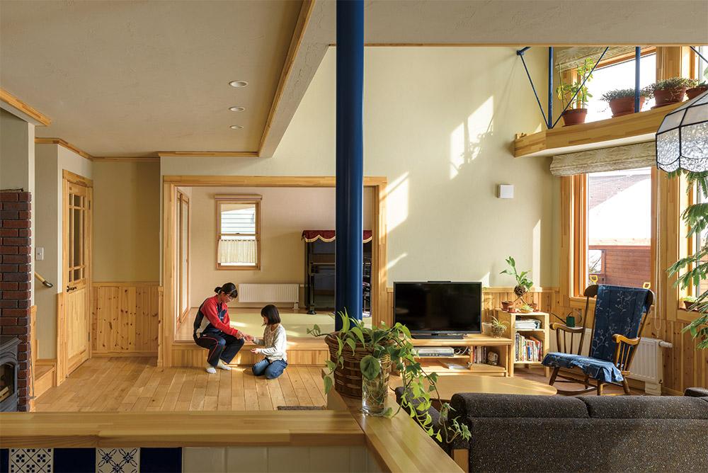 リビングに隣接して、予備室を兼ねる和室をレイアウト。床レベルを上げ、収納スペースを設けてある