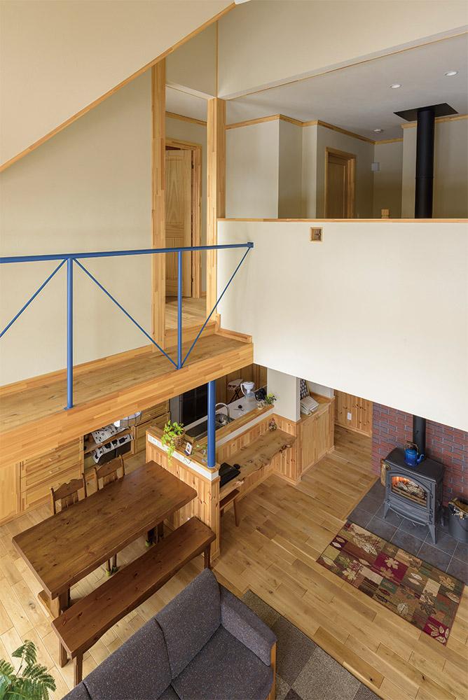 キャットウォークからLDKを見る。薪ストーブの熱は煙突や吹き抜け伝いに2階へ循環し、家中を暖める